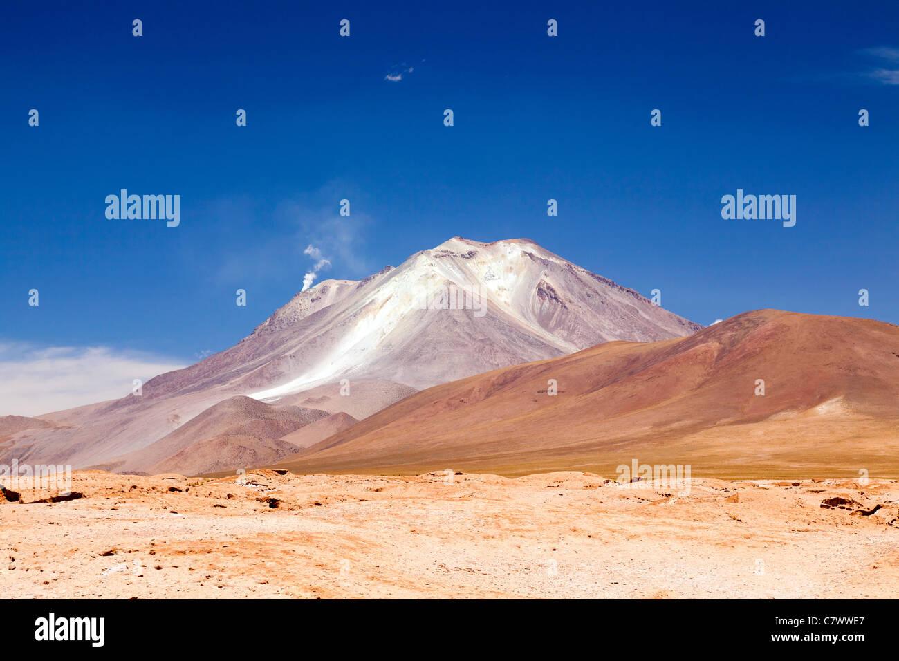 Die atemberaubende Landschaft zwischen San Pedro de Quemez und Ojo de Perdiz, Bolivien, mit Dampf steigt aus dem Stockbild