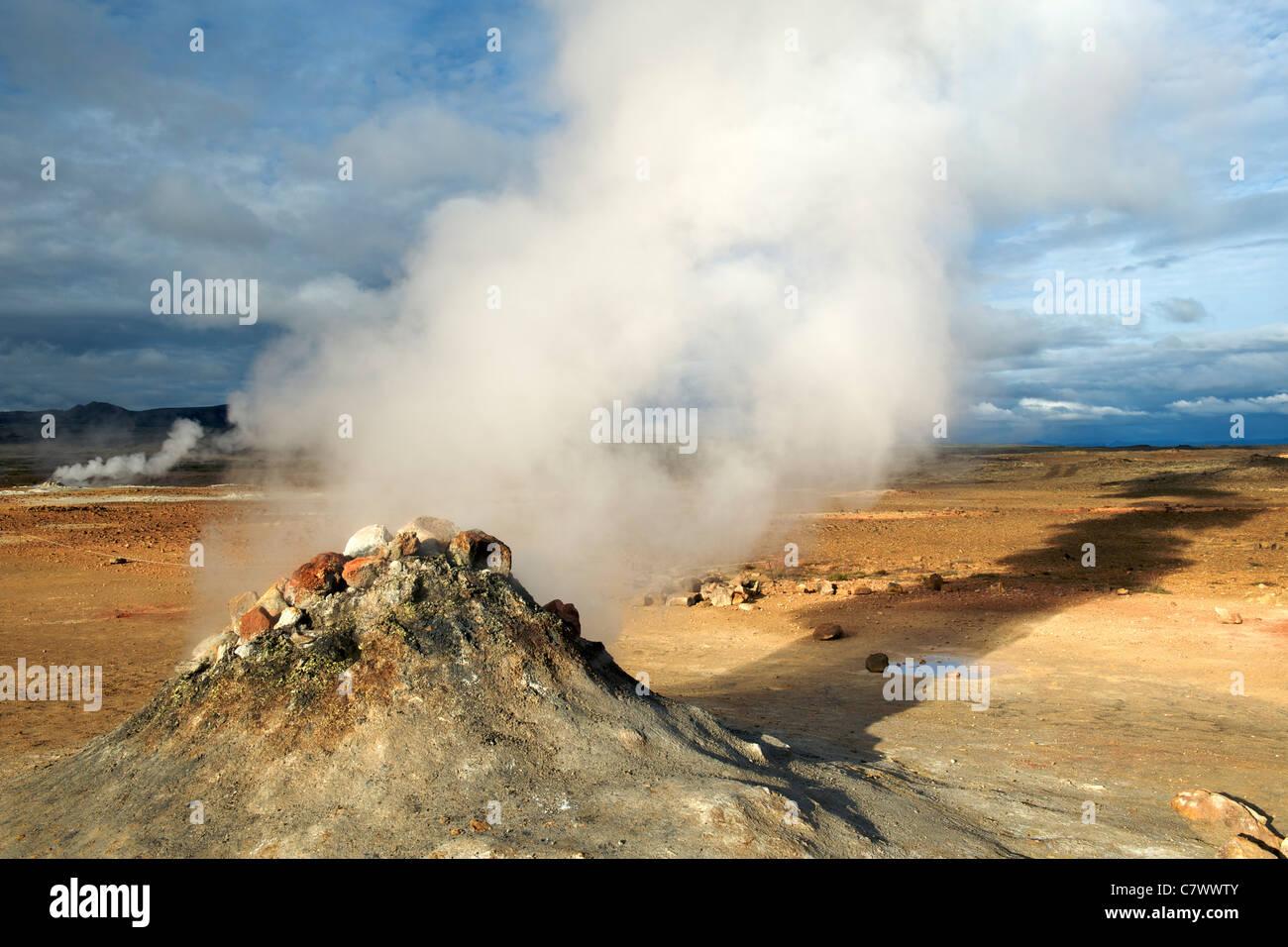 Dampfende Fumarolen (Vulkanschlote) im Hverir aka Hverarond östlich von Myvatn im Nordosten Islands. Stockbild