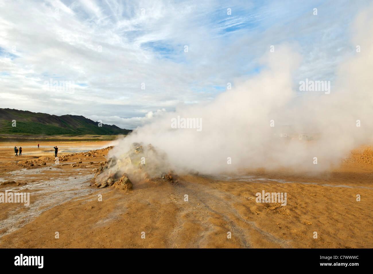 Dampfende Fumarolen (Vulkanschlote) im Hverir (aka Hverarond) östlich von Myvatn im Nordosten Islands. Stockbild
