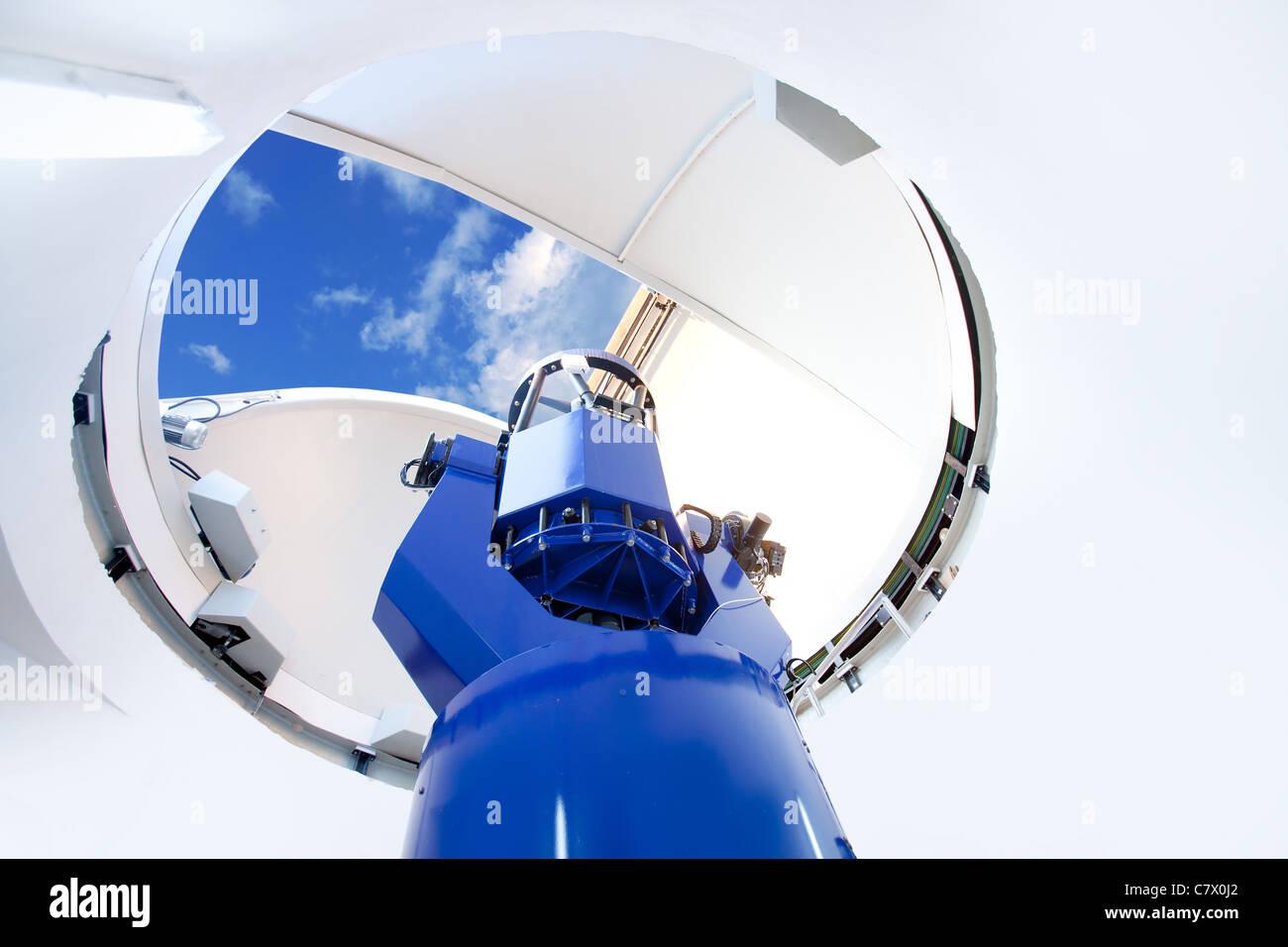 Astronomisches observatorium teleskop innen blauer himmel