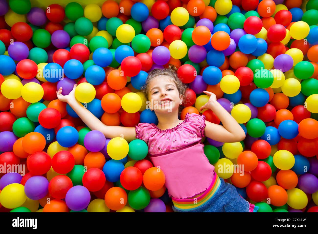 Kind Mädchen spielen auf bunten Kugeln Spielplatz hohe Sicht Stockfoto