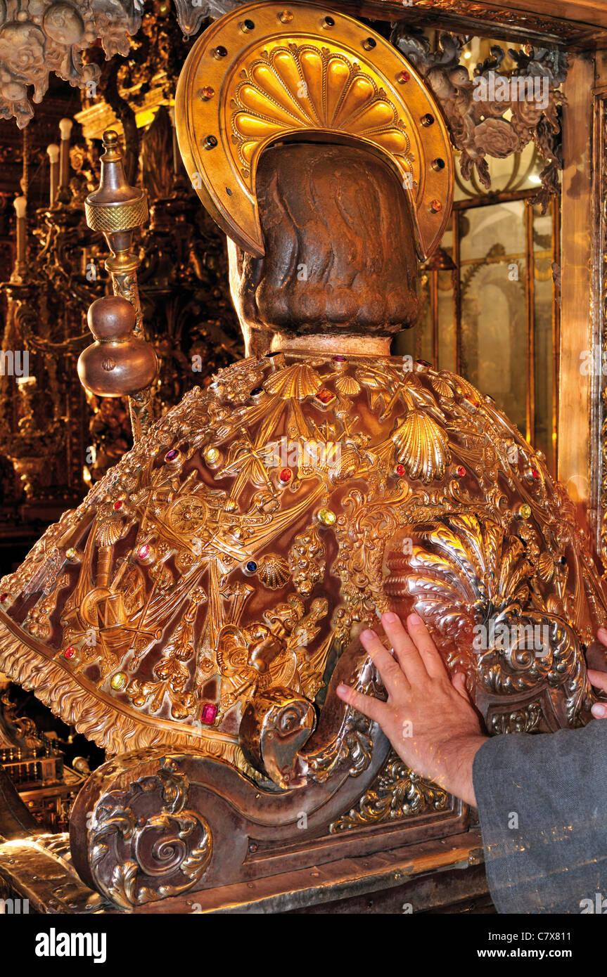 Spanien, Jakobsweg: Traditionelle Touch des Apostels Jakob in den Hauptaltar der Kathedrale von Santiago de Compostela Stockfoto