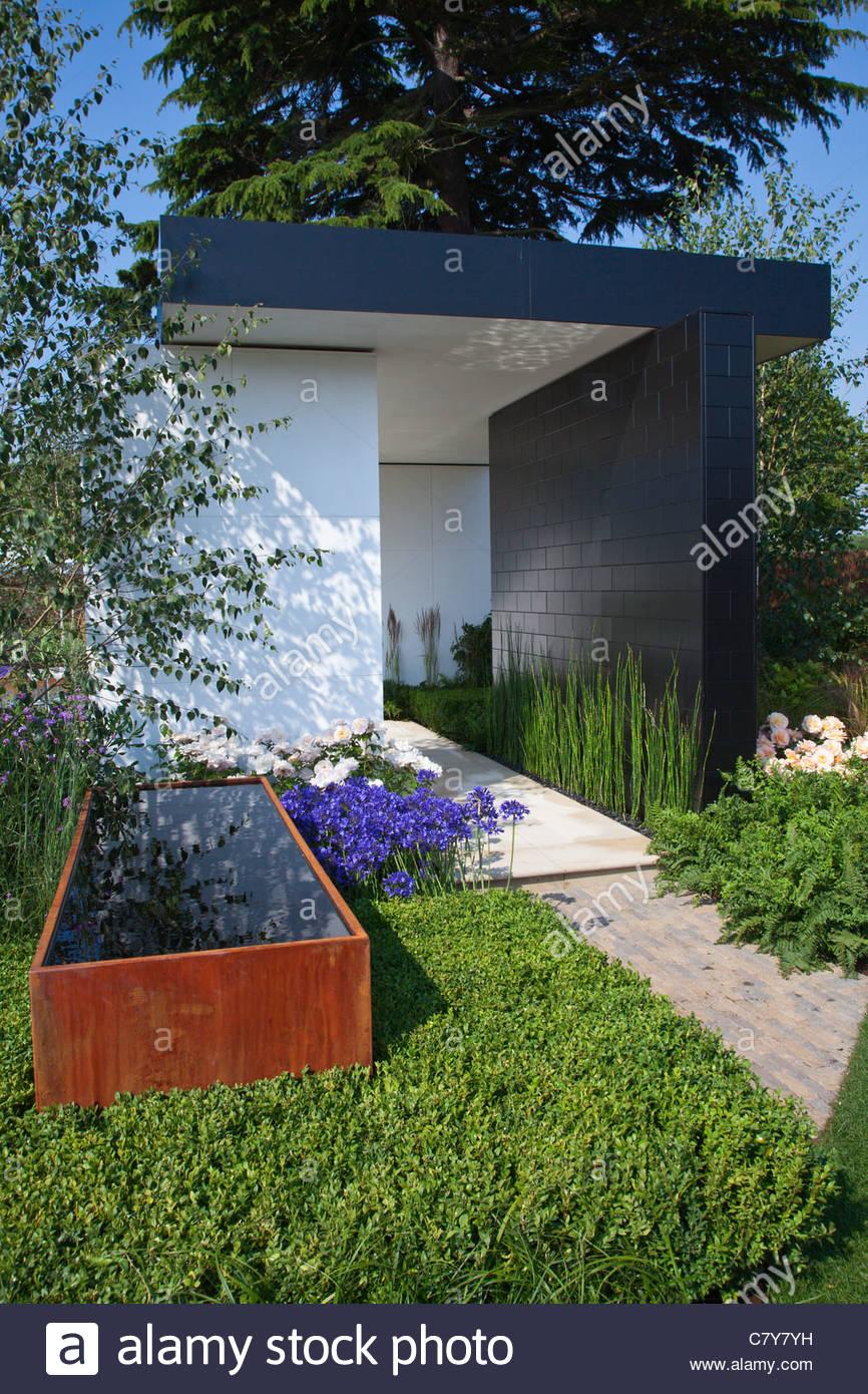 Moderne Garten Mit Geraden Linien, Rechteckige Pavillon Und Rostigem Corten  Stahl Wassertrog. RHS Hampton Court Show
