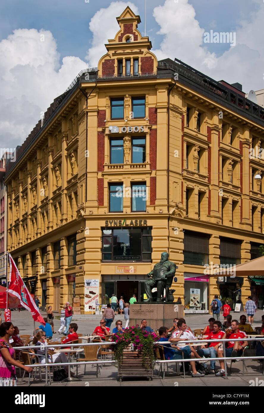 Statue des norwegischen Künstlers Christian Krogh führt den Vorsitz in der Karl Johans Gate Fußgängerzone in der Stockfoto