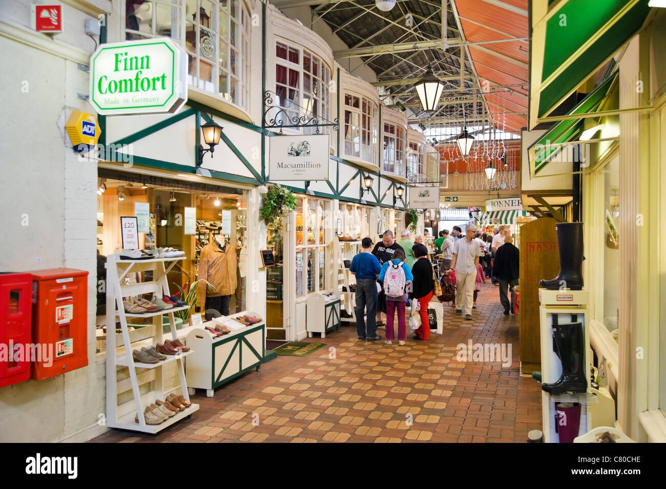 Geschäfte und Stände in der Markthalle, Oxford, Oxfordshire, England, UK Stockbild