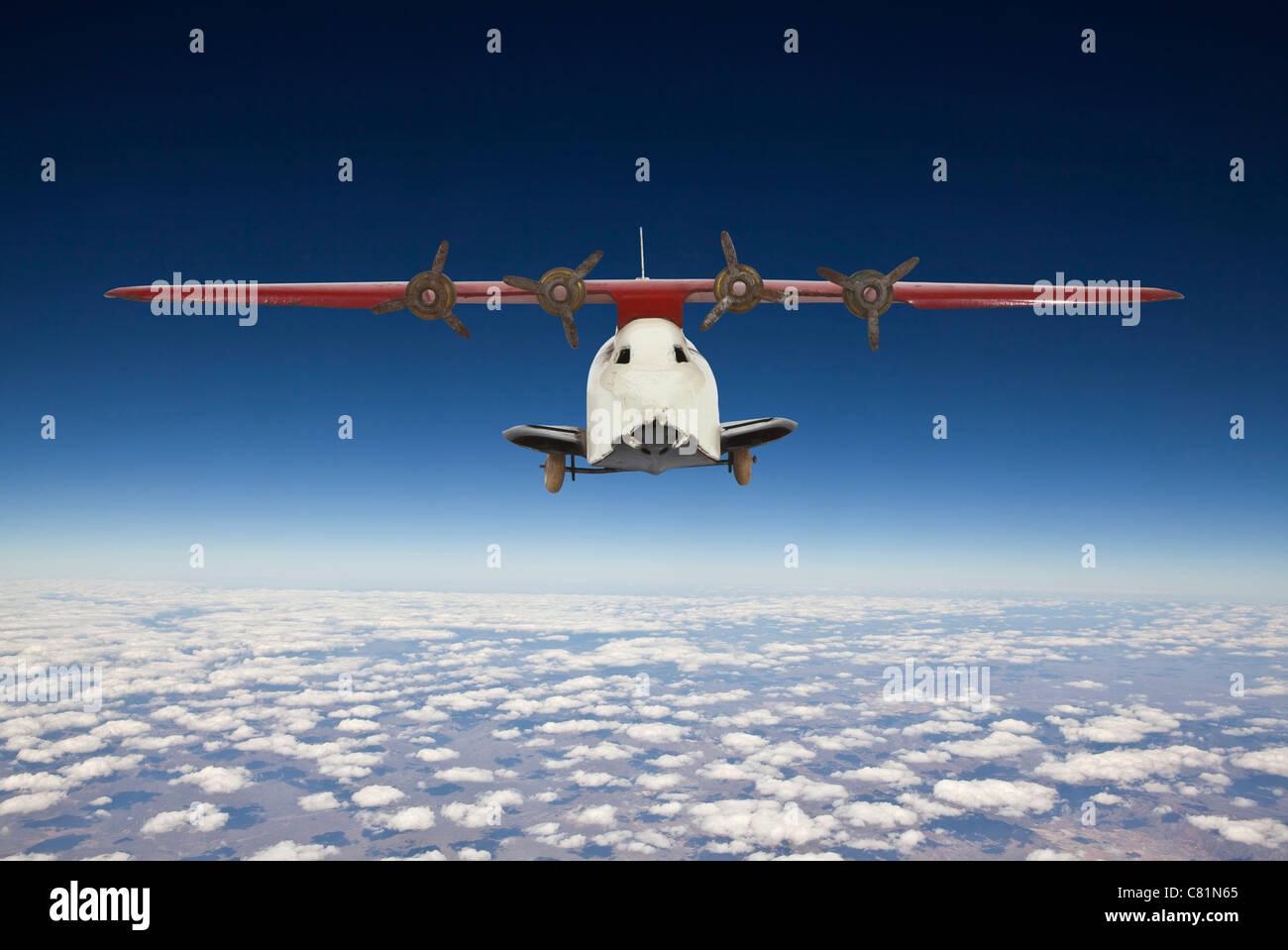 Vintage Spielzeugflugzeug mit Antenne Hintergrund blauer Himmel. Stockbild