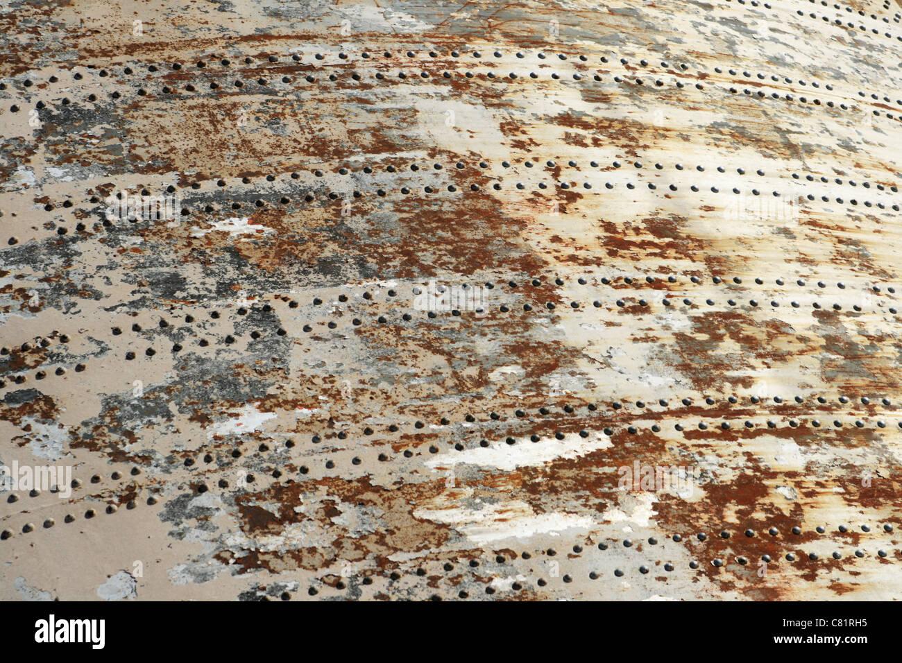 Abplatzungen gemalt rostigen Metall Hintergrund mit Niet-Linien von dam Abflußkanal Tore Stockbild