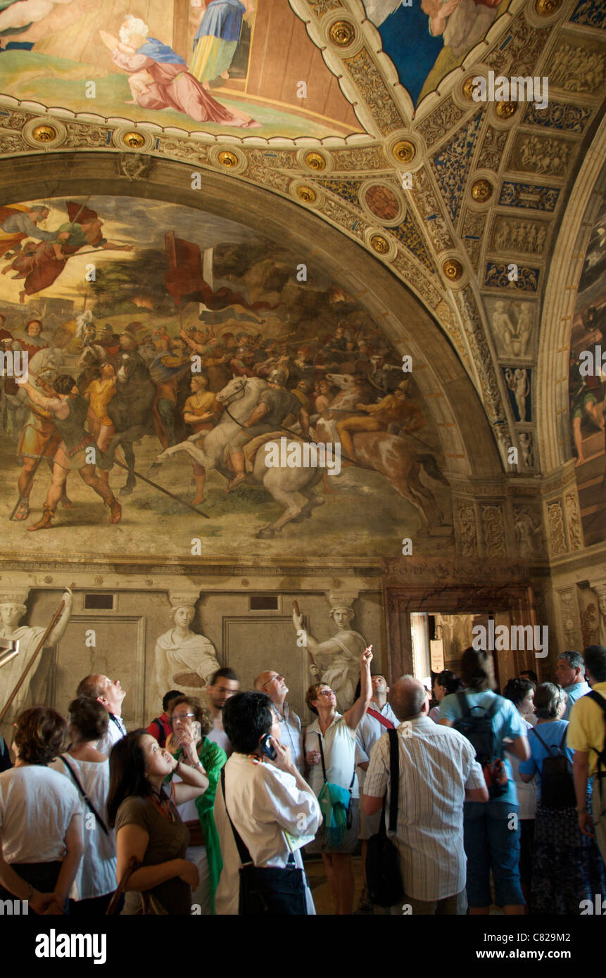 Touristen in der Stanza della Segnatura oder im Raum der Signatur Fresken von Raffael im Vatikan, Rom Stockbild