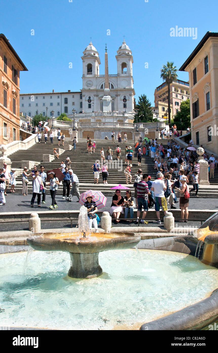Fontana Della Barcaccia Brunnen Und Touristen Auf Die Spanische Treppe Piazza Di Spagna Rom Italien Europa Stockfotografie Alamy