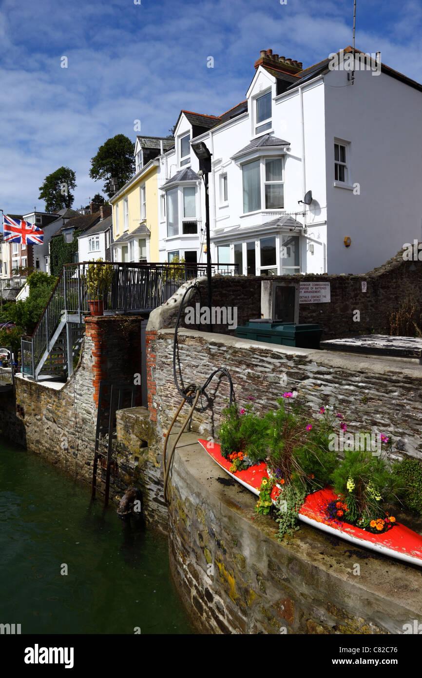 Hauser Und Alte Gfk Kanu Umgebaut Flower Pot Fowey Cornwall