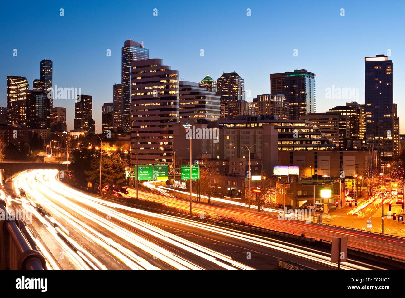 Skyline von Seattle Downtown mit i-5 Verkehr mit Auto helle Streifen Stockbild