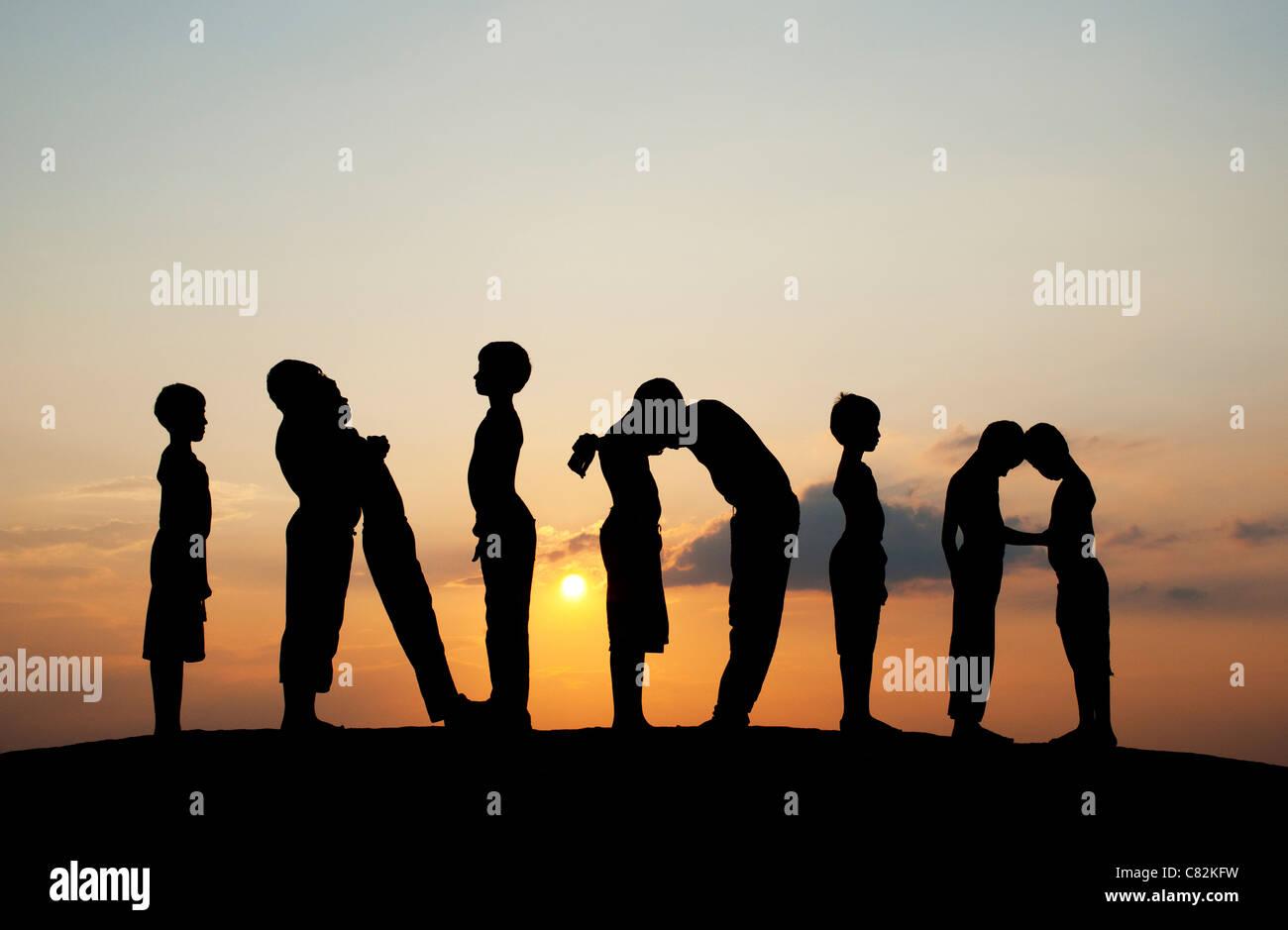 Silhouette von 9 jungen Rechtschreibung das Wort Indien bei Sonnenuntergang. Indien Stockbild
