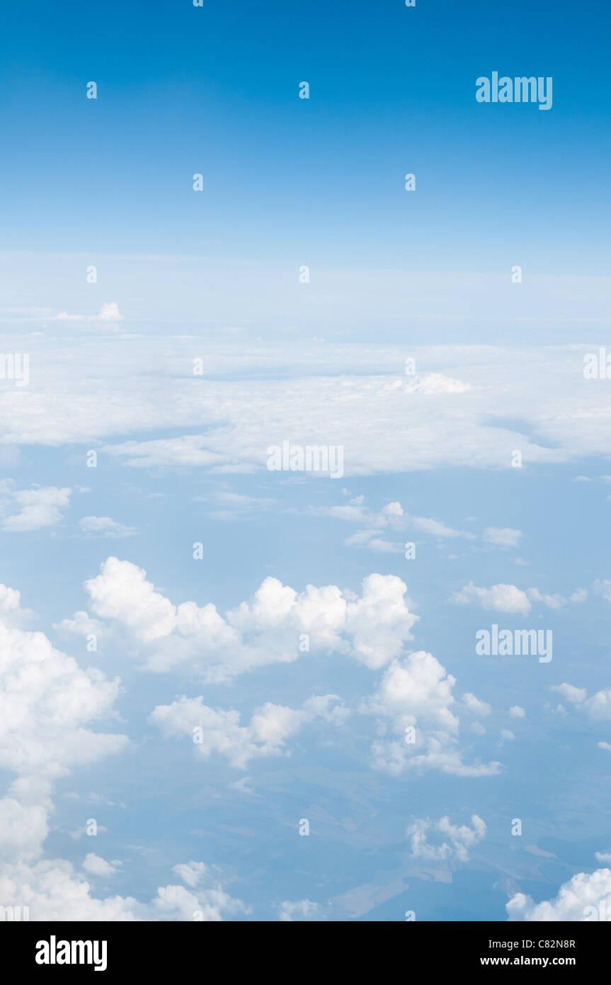 Blauer Himmel über den Wolken. Stockbild
