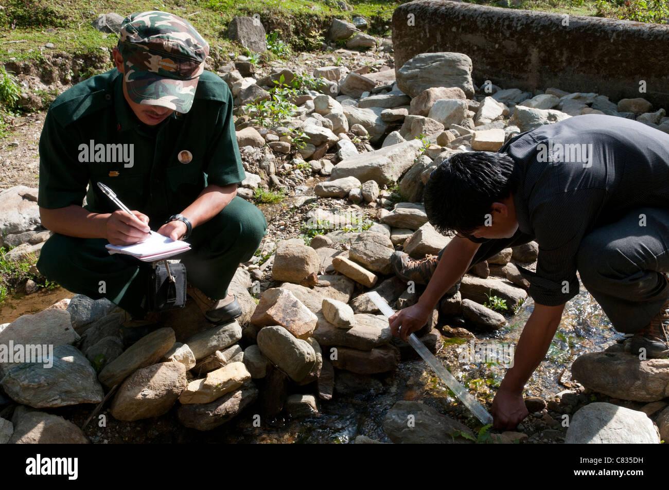 Monitoring-Verfahren in Yakpugang Wasserscheide. Mongar Gemeinde Wasserversorgung. Bhutan Stockbild