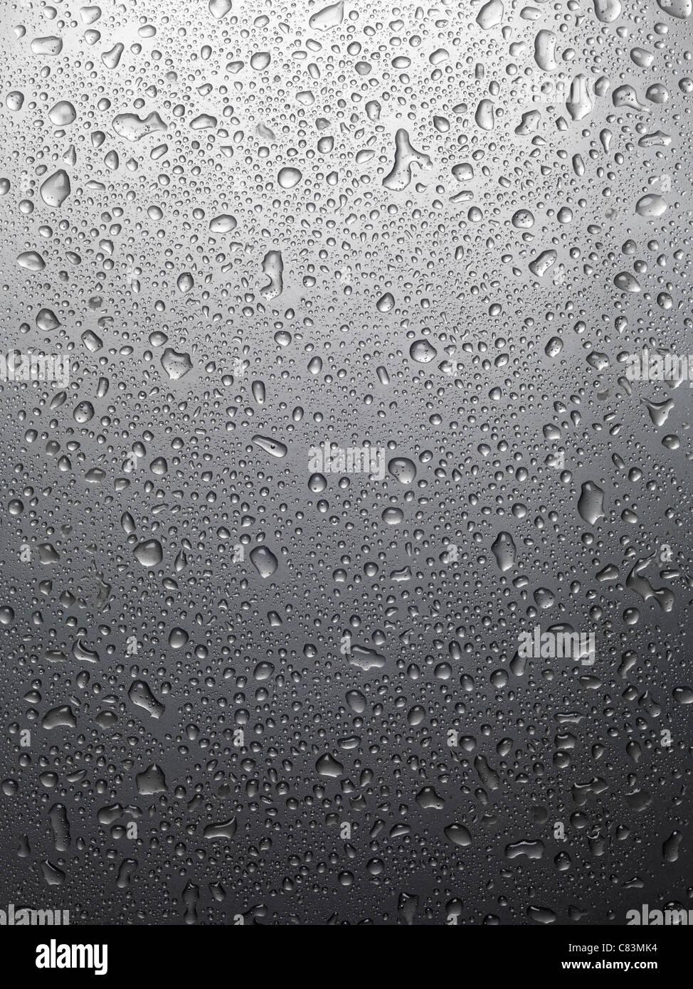 Nasses glänzendes graues Metall mit Tropfen Wasser Hintergrundtextur Stockbild