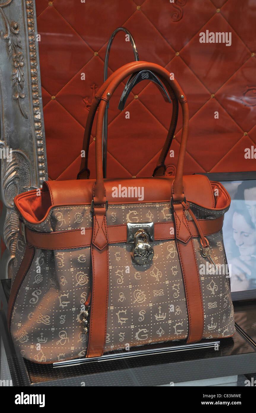 33497a6f0715a Modus Handtasche Stockfotos   Modus Handtasche Bilder - Alamy