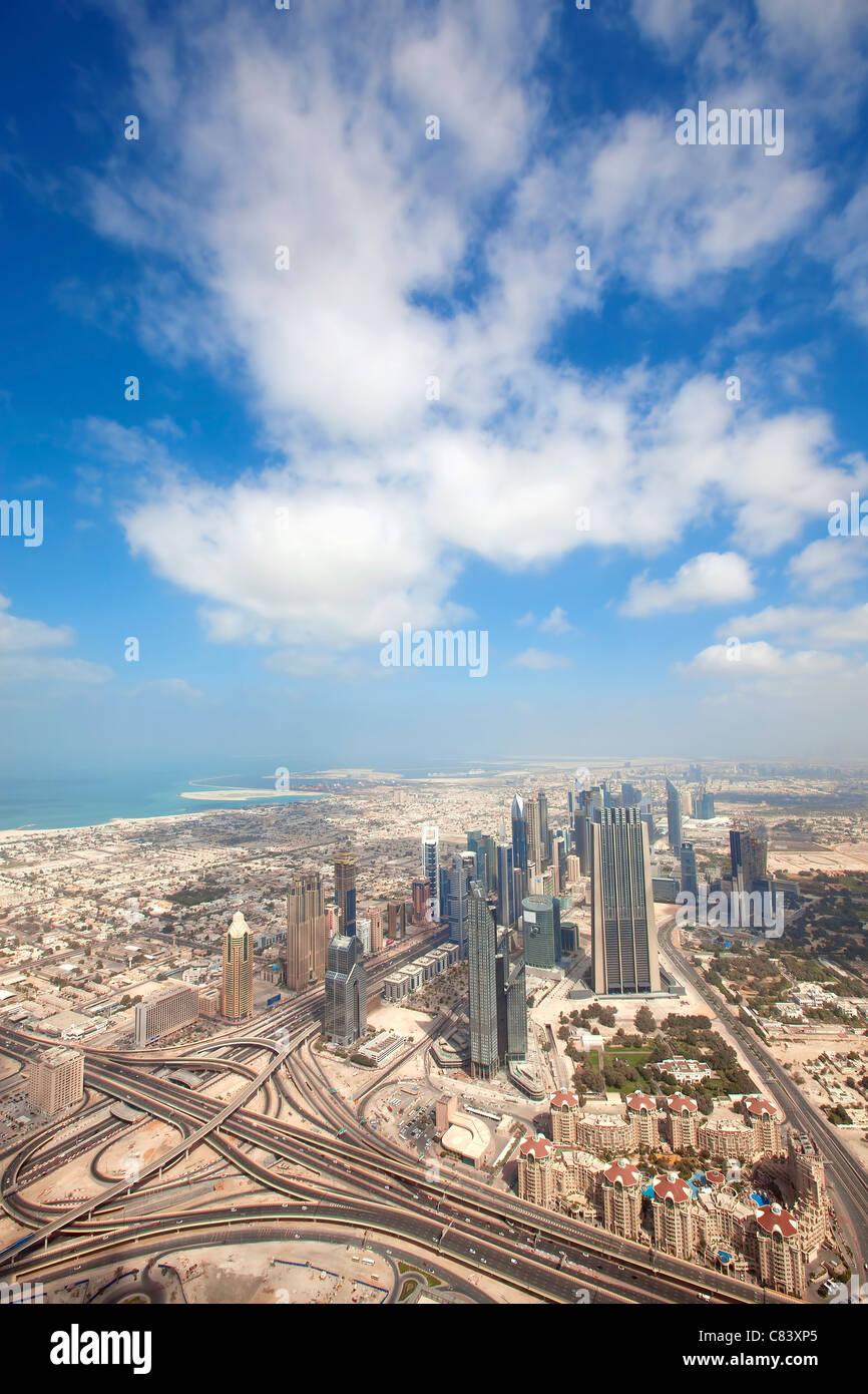 Blick über Wolkenkratzer und Straßen in Dubai Stadt Stockbild
