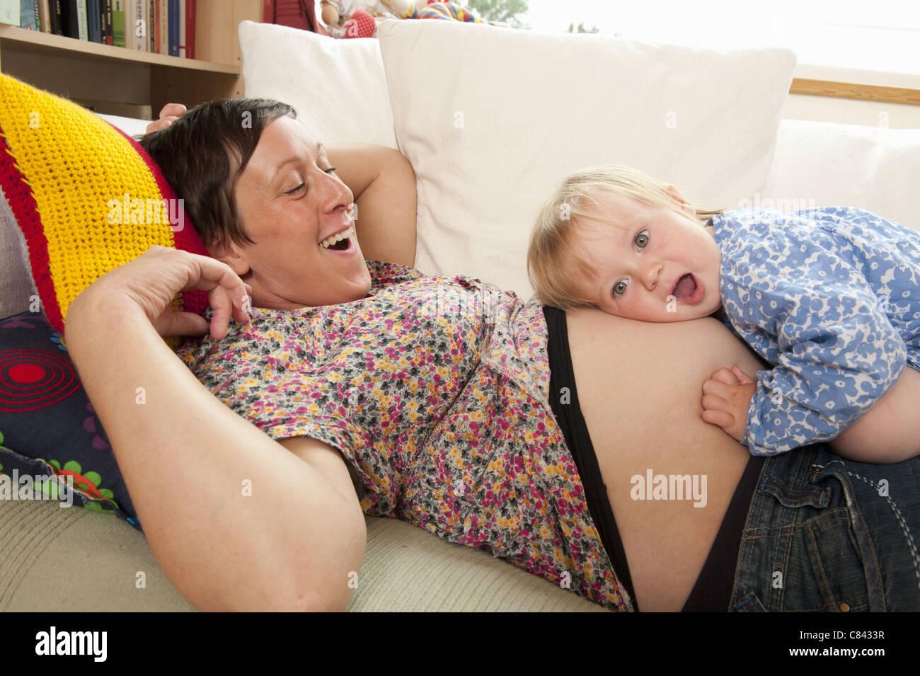Kind im Mutterleib hören Stockbild