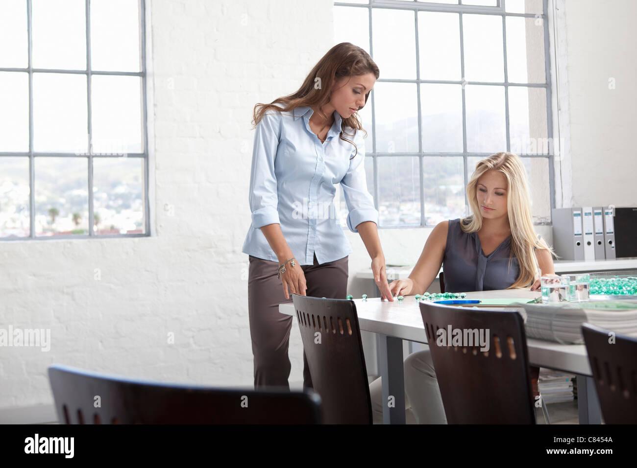 Geschäftsfrauen, die Arbeiten mit Glasperlen Stockbild