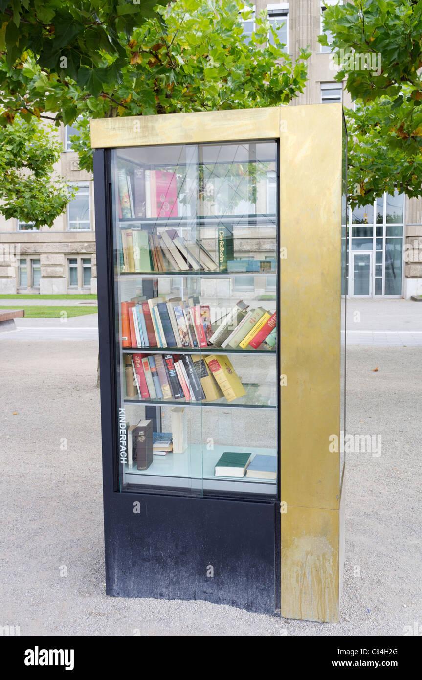 Öffentlicher Bücherschrank, wo Menschen und Bücher über Straße in ...