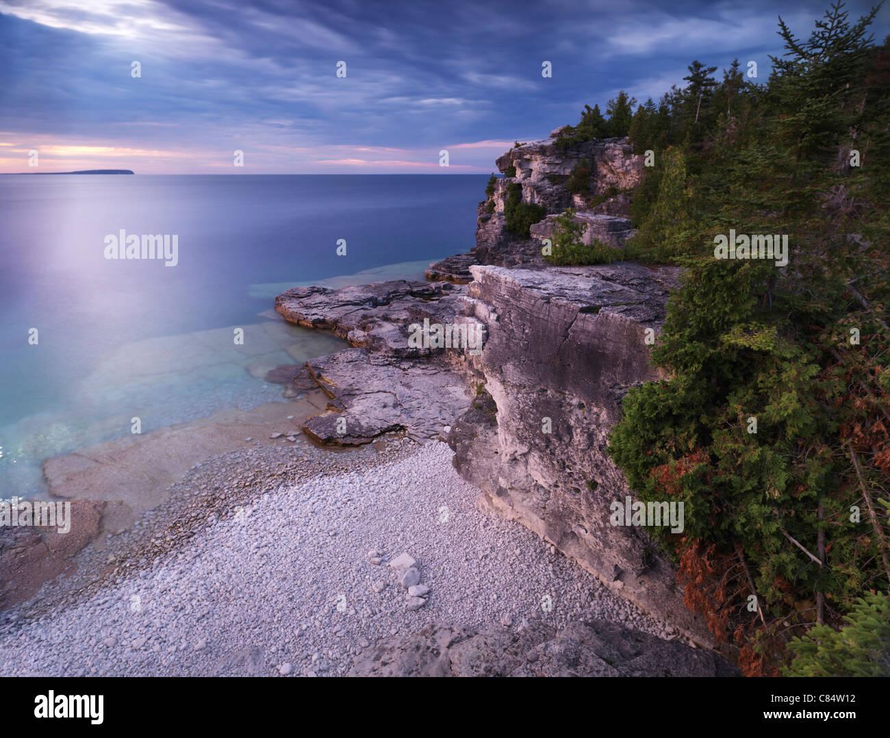 Schöner Sonnenuntergang Landschaft der Georgian Bay felsigen Küste und Klippen von Zedern bewohnt. Bruce Stockbild