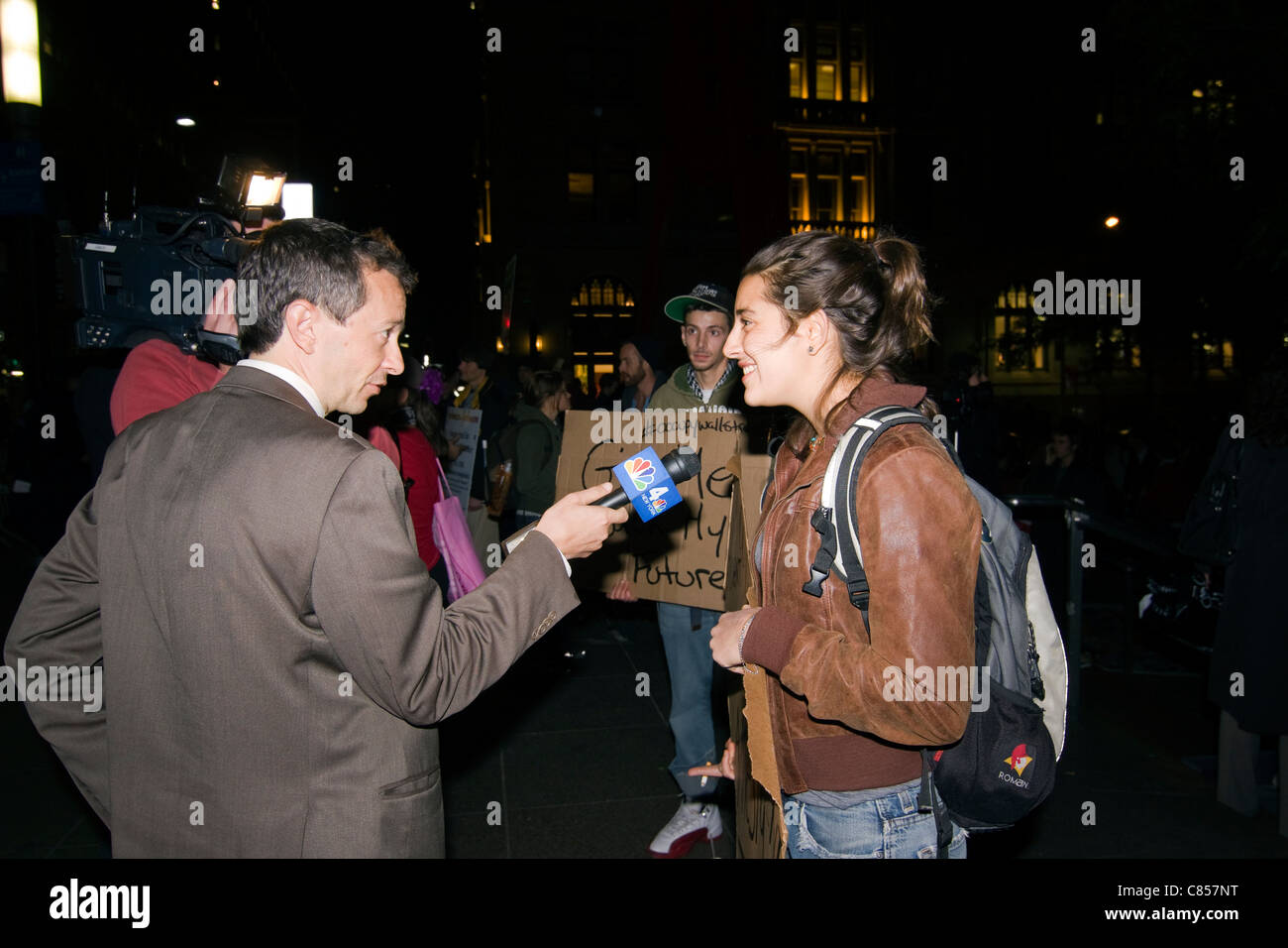 Ein Reporter und ein Kameramann interview Demonstranten spät in die Nacht am Zuccotti Park in Lower Manhattan Stockbild