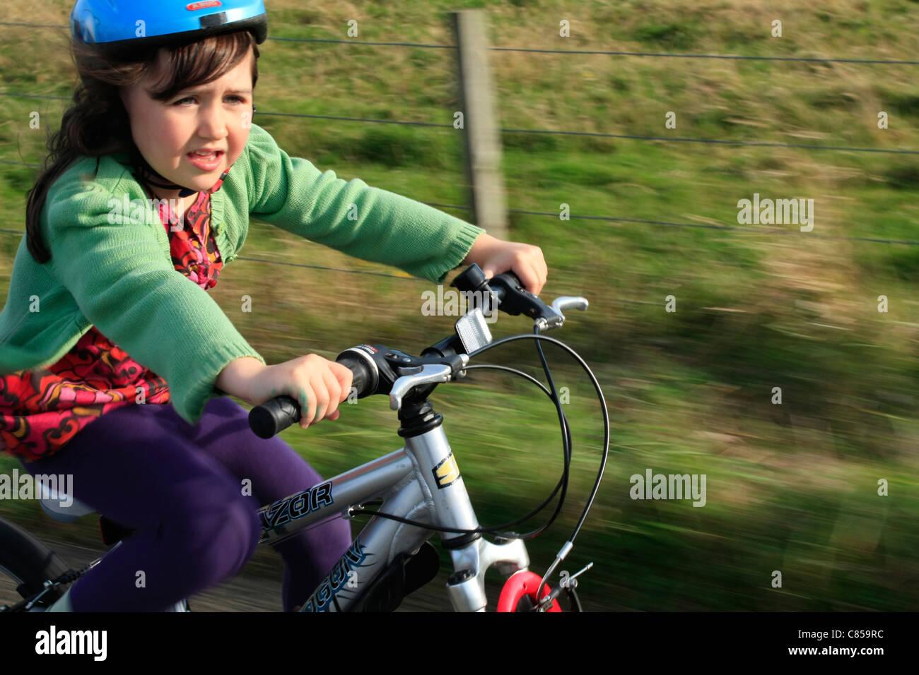 Kind geniessen die frische Luft auf dem Fahrrad Stockbild