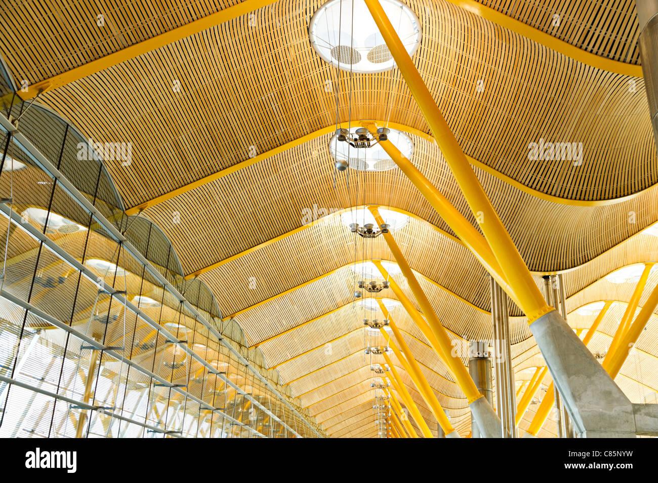 Moderne, helle, leichte industrielle Architektur mit natürlichen ...