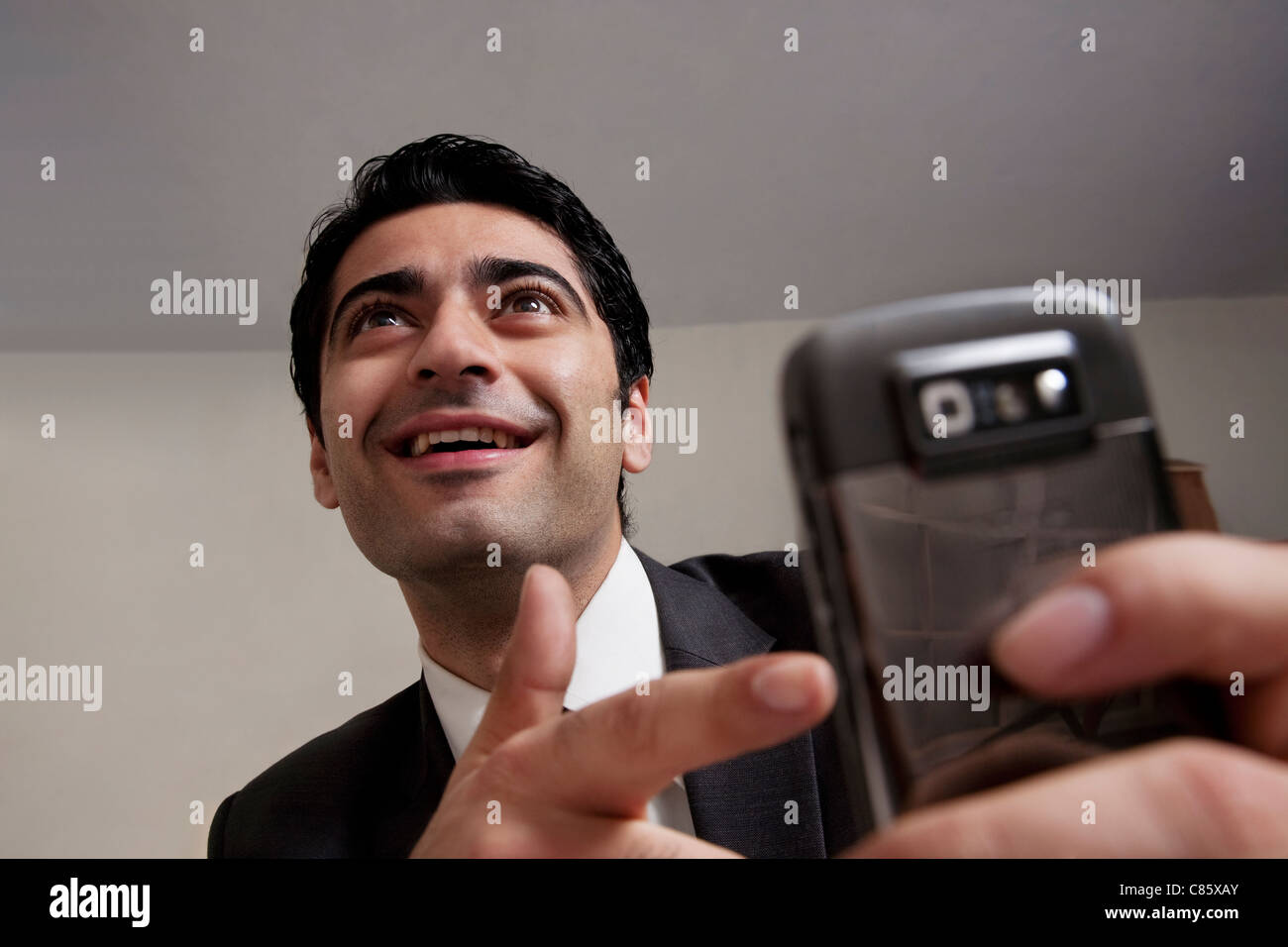 Geschäftsmann zeigte auf seinem Handy Stockfoto