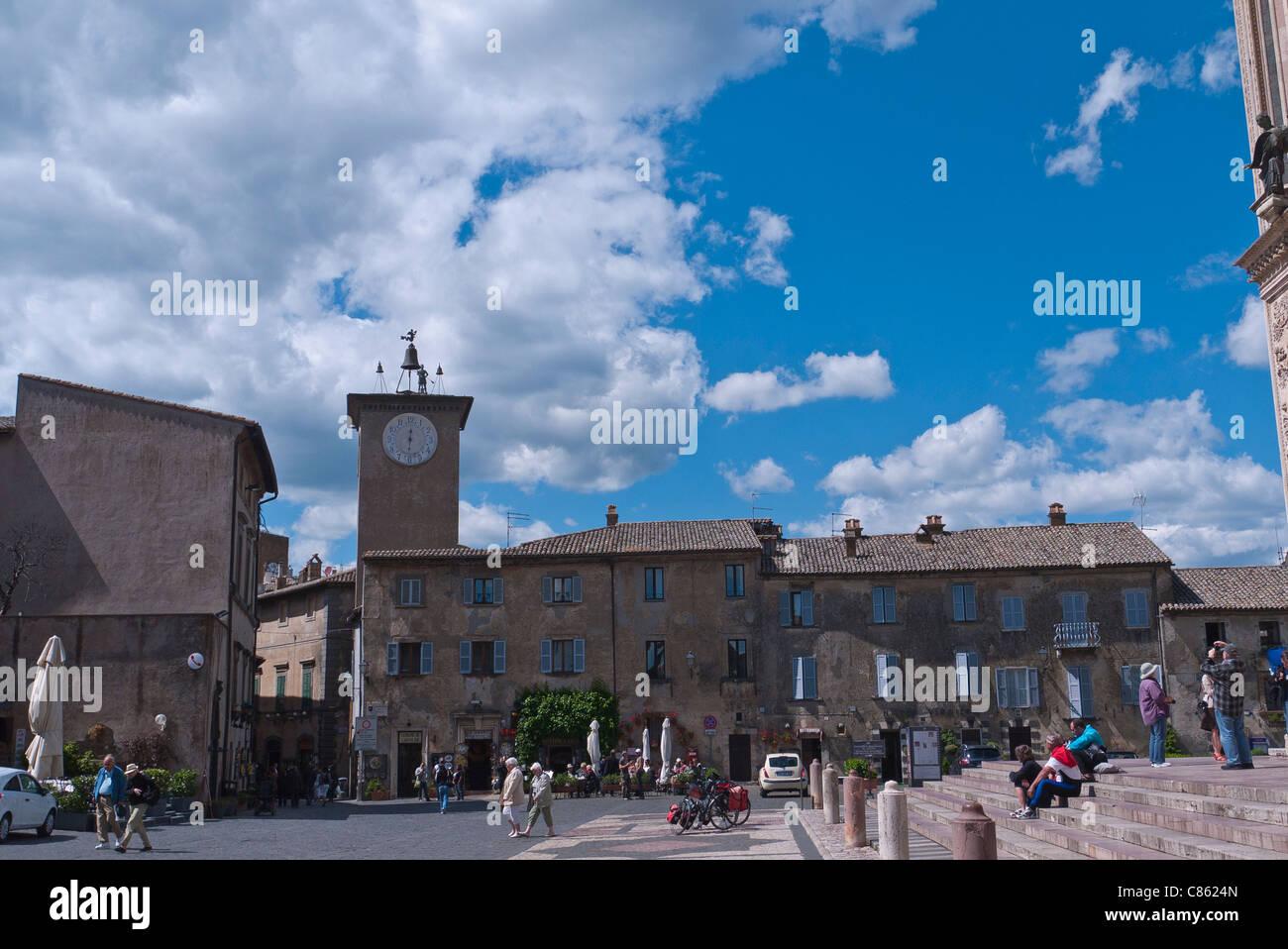 Eine totale des Turmes Maurizio und der umliegenden Gebäude befindet sich auf der Piazza del Duomo in Orvieto, Stockbild