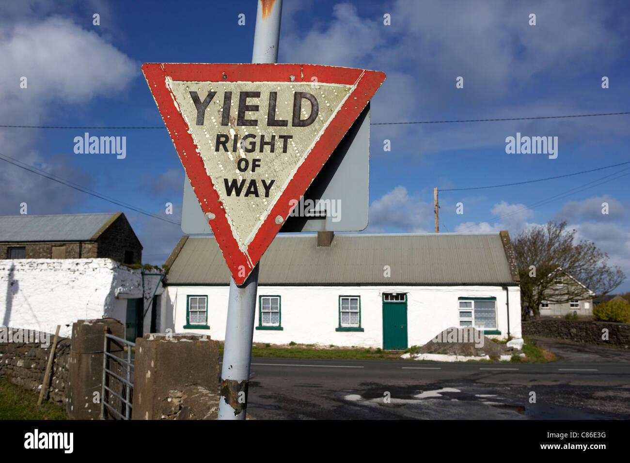 alte irische rote Dreieck Ertrag Vorfahrt Zeichen im ländlichen Irland Stockbild