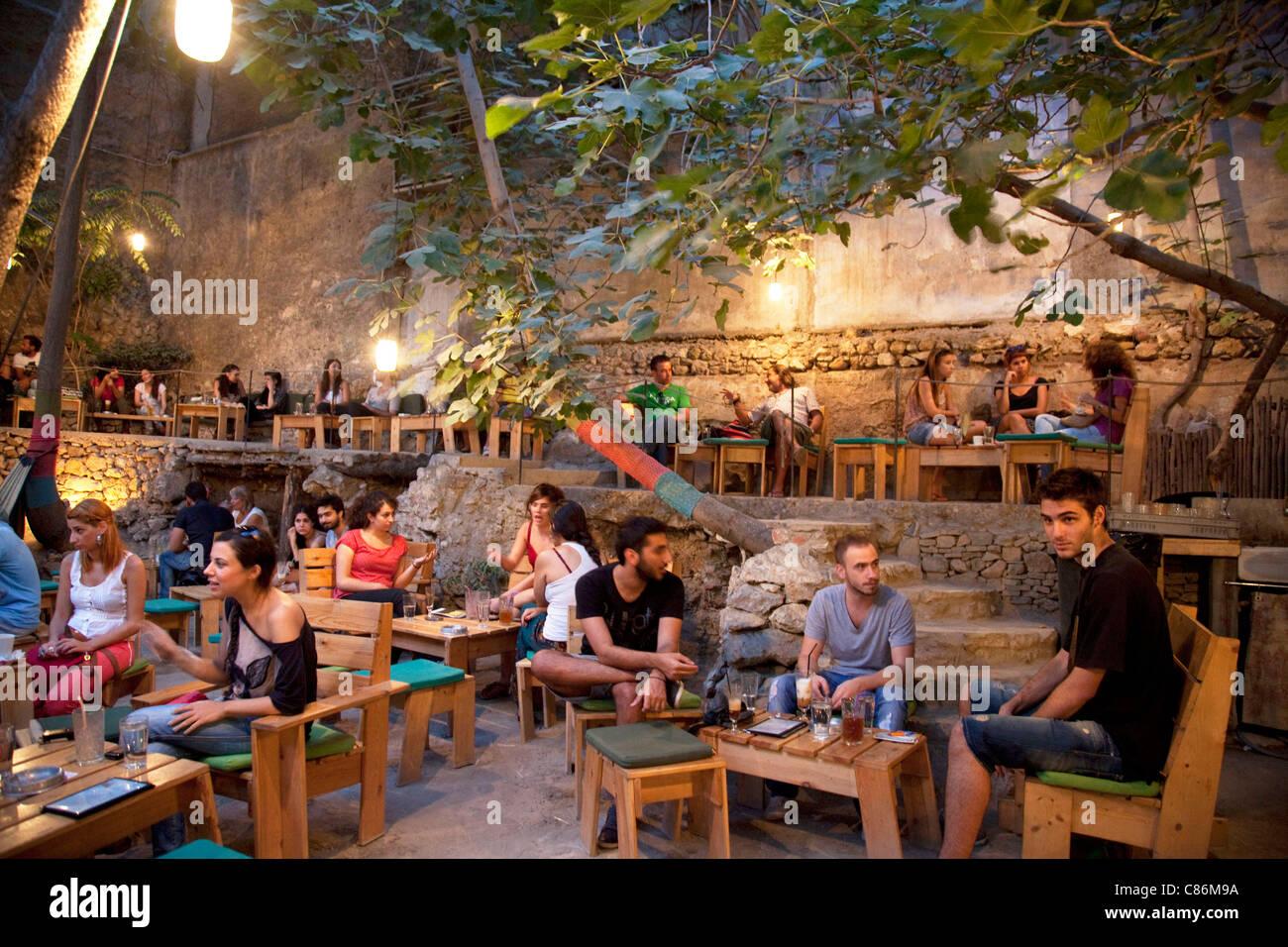 Menschen in sechs Hunde eine trendige bar im Freien im Bereich Monastiraki. sechs d.o.g.s ist ein Tag & Nacht Stockbild