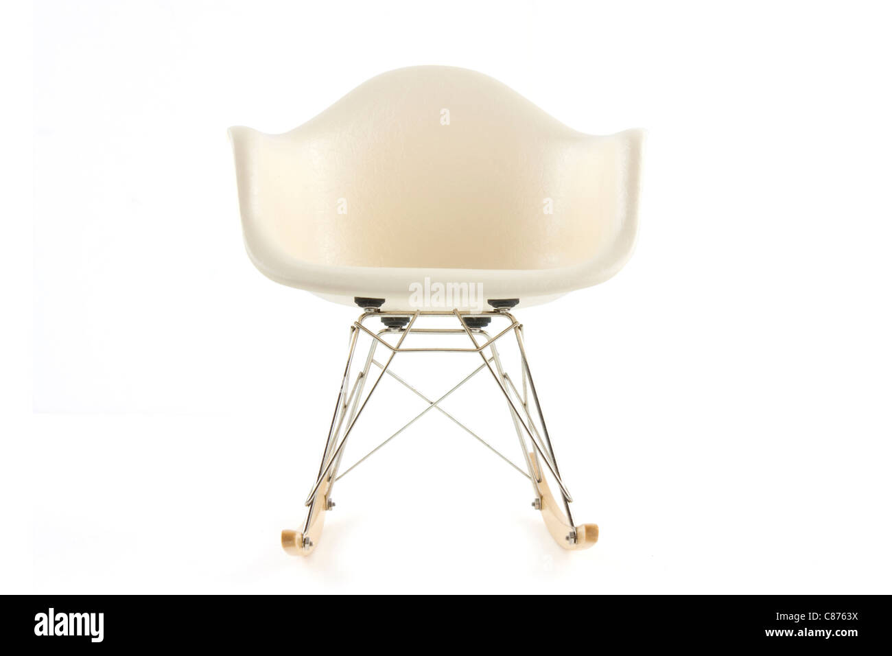 Modernes Design Klassiker Eames Schaukelstuhl Auf Weissem Hintergrund
