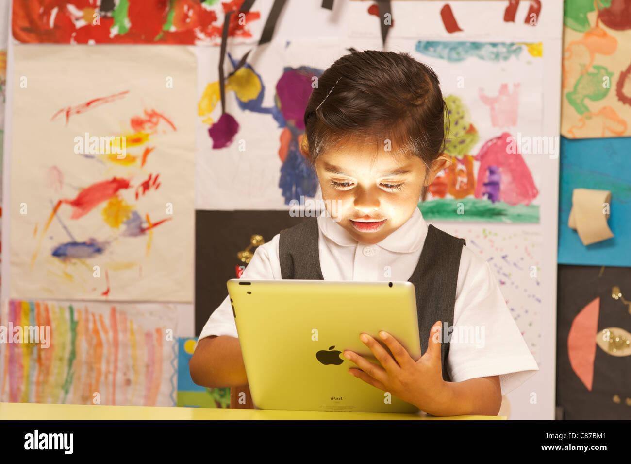 Ein junges Mädchen mit Ipad 2 Stockbild