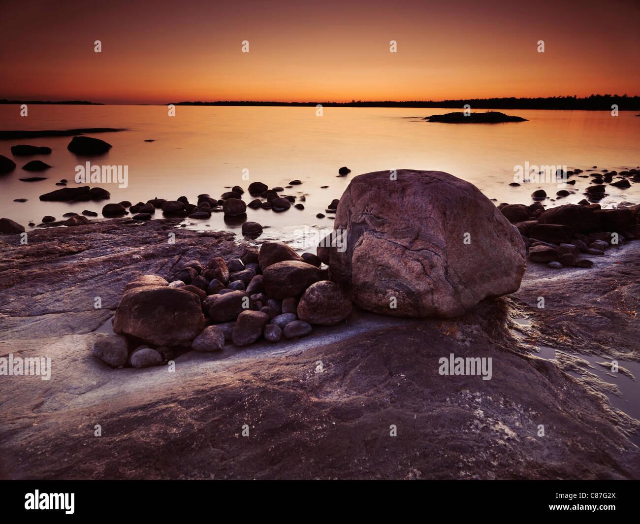 Schöne Dämmerung Landschaft der Felsen auf einem Ufer Georgian Bay, Muskoka, Ontario, Kanada Stockbild