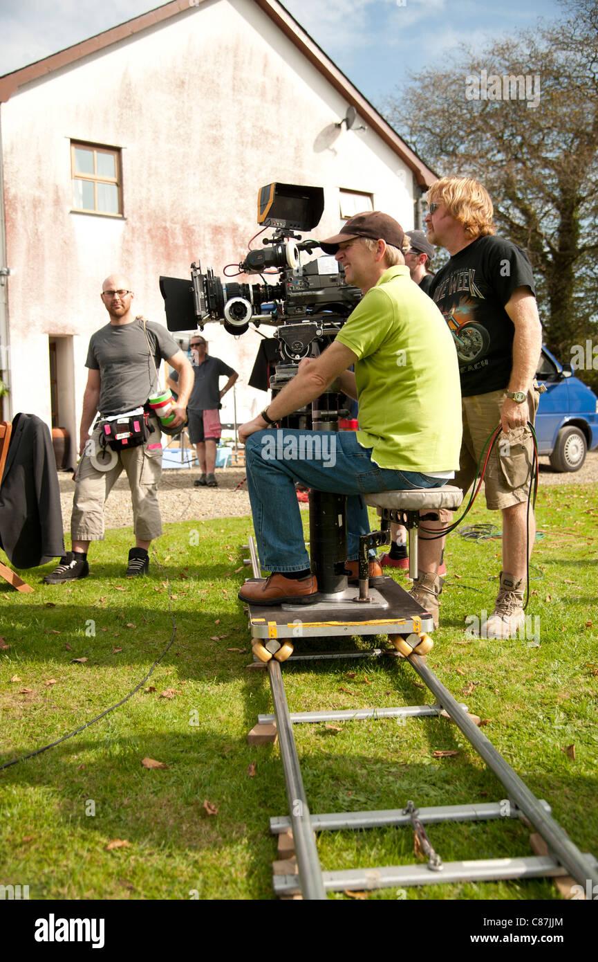 Ein Kamerateam arbeiten über die Lage Erfassung einer Fernsehserie, UK - Kamera auf einem Dolly und tracks Stockbild