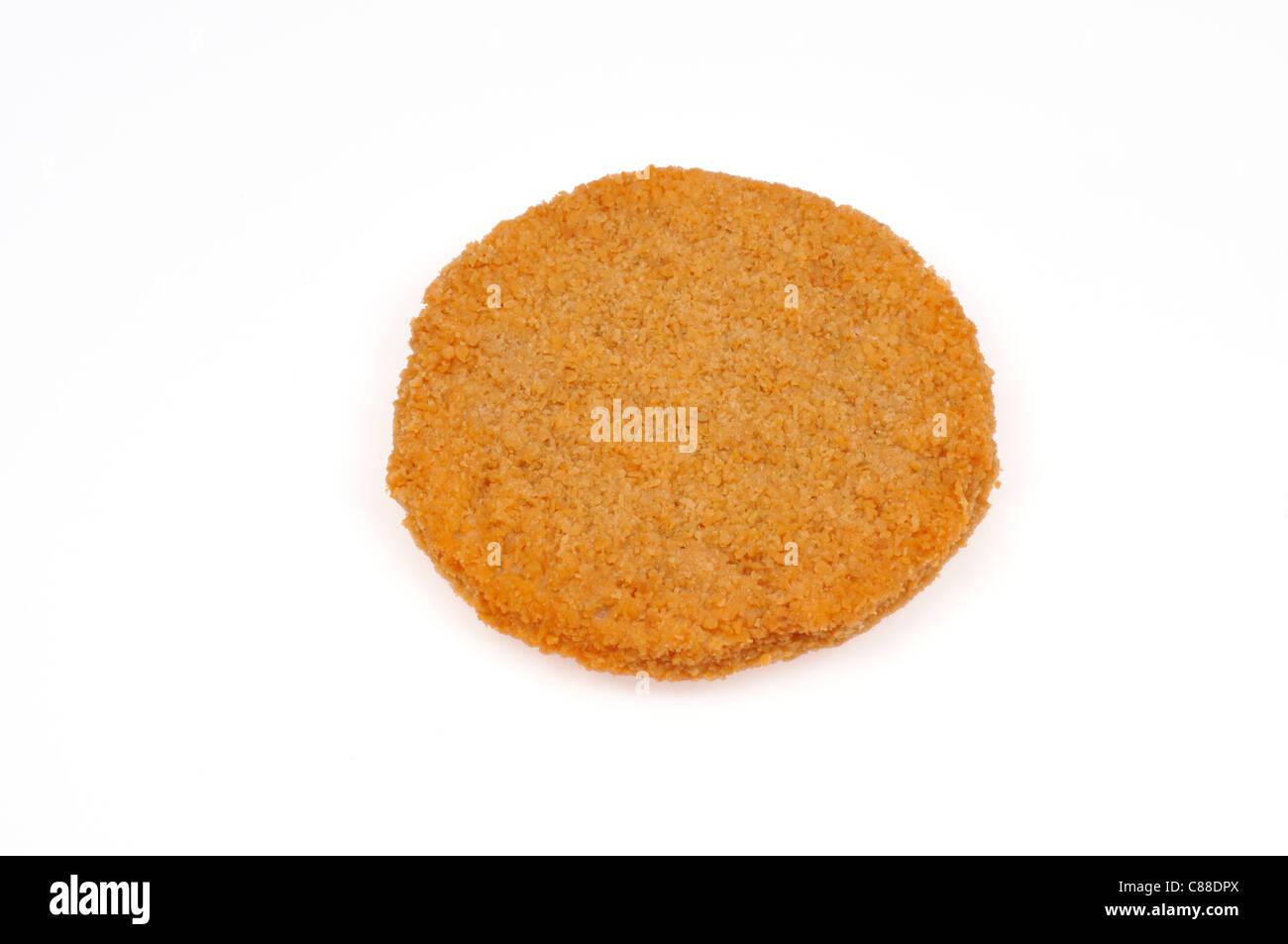 Einzelne panierte Chicken Patty auf weißem Hintergrund, Ausschnitt. Stockbild