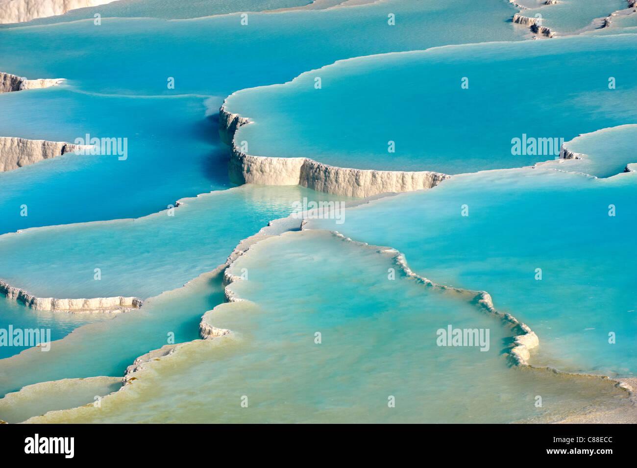 Pamukkale Travetine Terrasse Wasserkaskaden, bestehend aus weißen Calciumcarbonat Felsformationen, Pamukkale, Stockbild