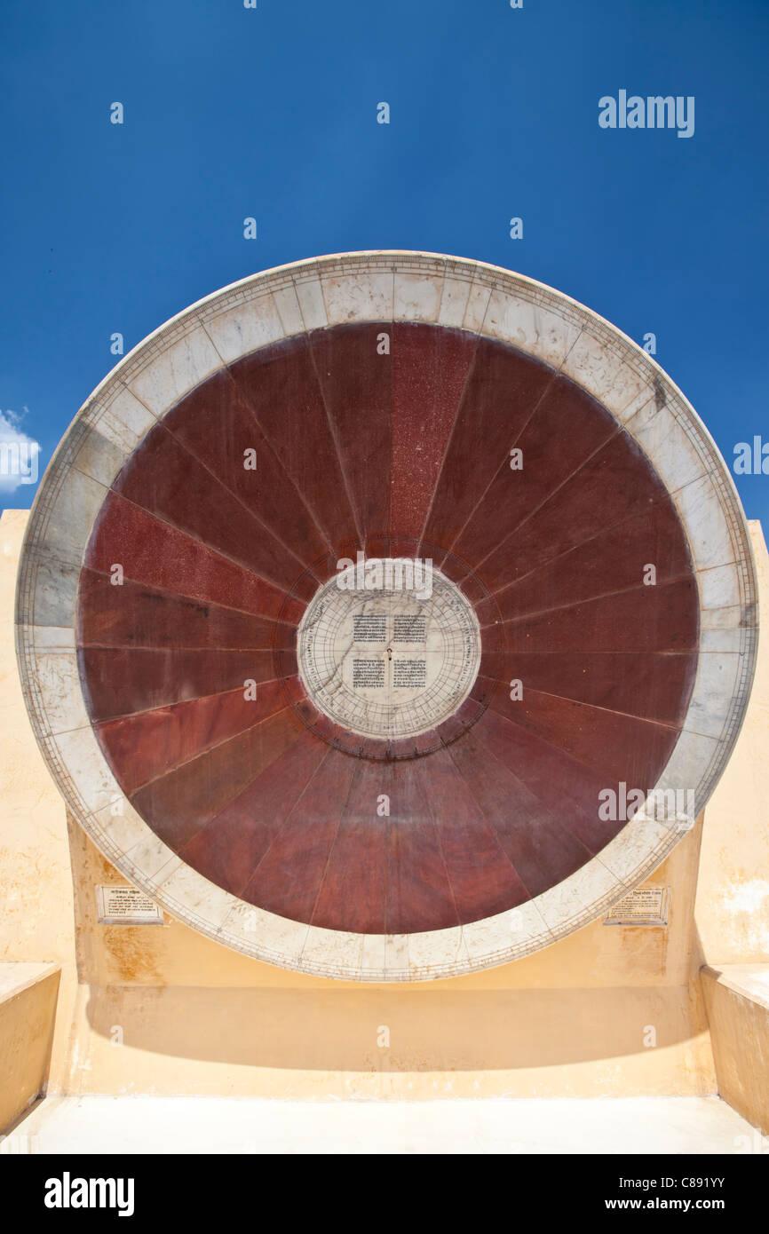 Das Nadivalaya Yantra äquatorialen Instrument Jantar Mantar, The Observatory in Jaipur, Rajasthan, Nordindien Stockbild