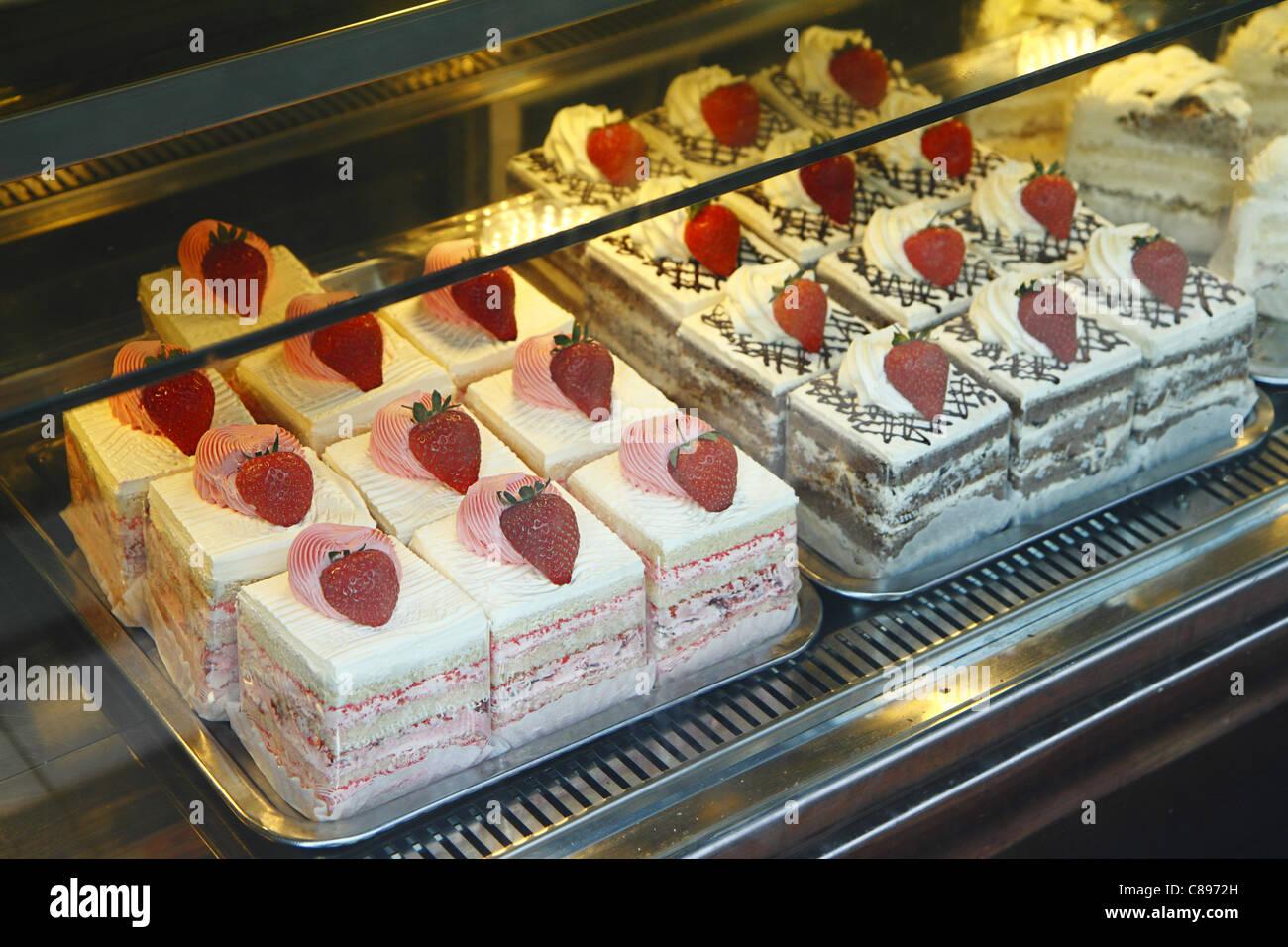 Erdbeer Sahnetorten in Konditorei, London, UK Stockfoto