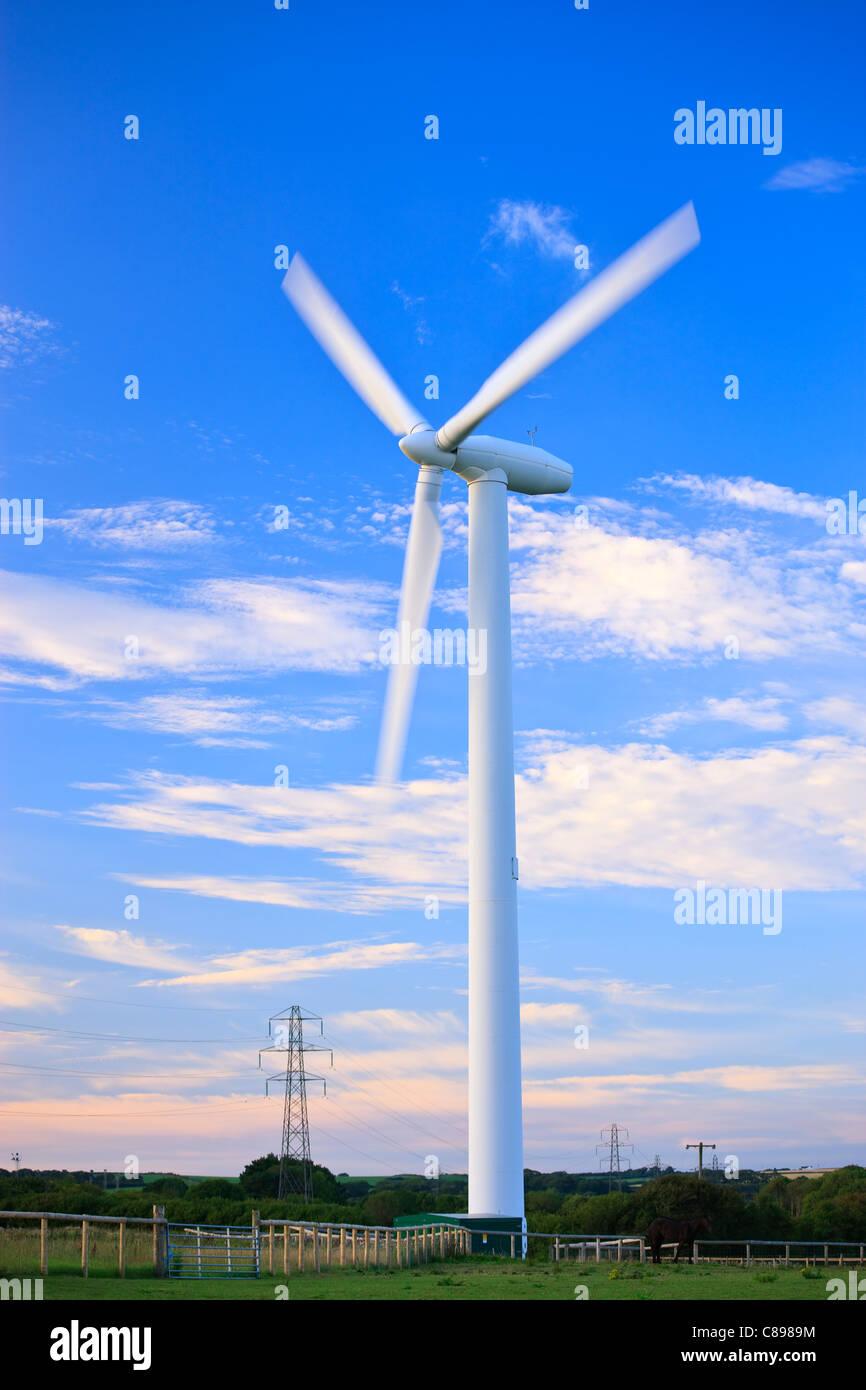 Windkraftanlage im Abendlicht Stockbild