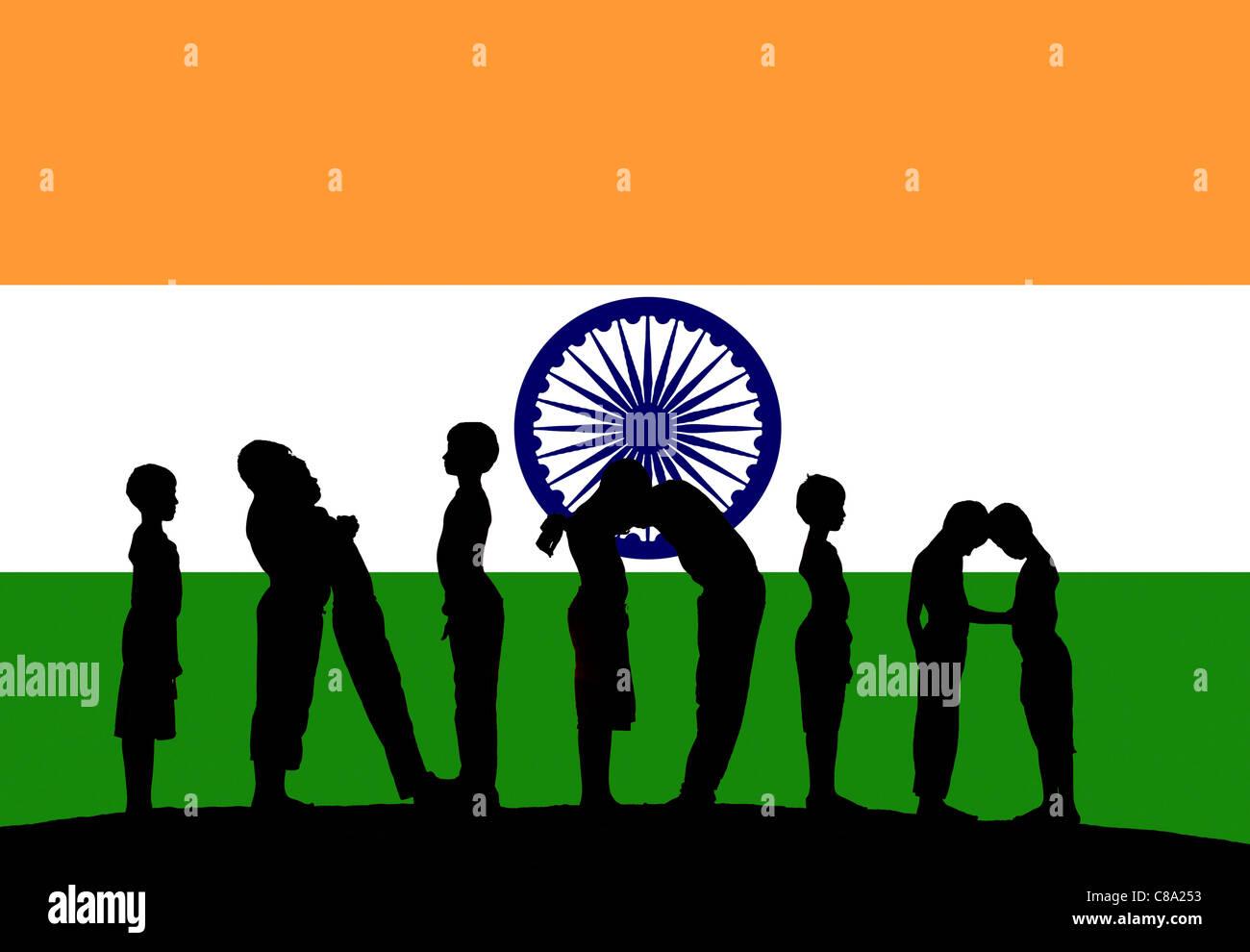 Silhouette von 9 Jungen, die Schreibweise des Wortes Indien vor indische Flagge Stockbild
