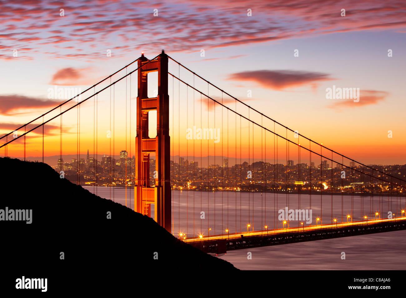 Kurz vor der Morgendämmerung über die Golden Gate Bridge mit San Francisco hinaus, Kalifornien USA Stockbild