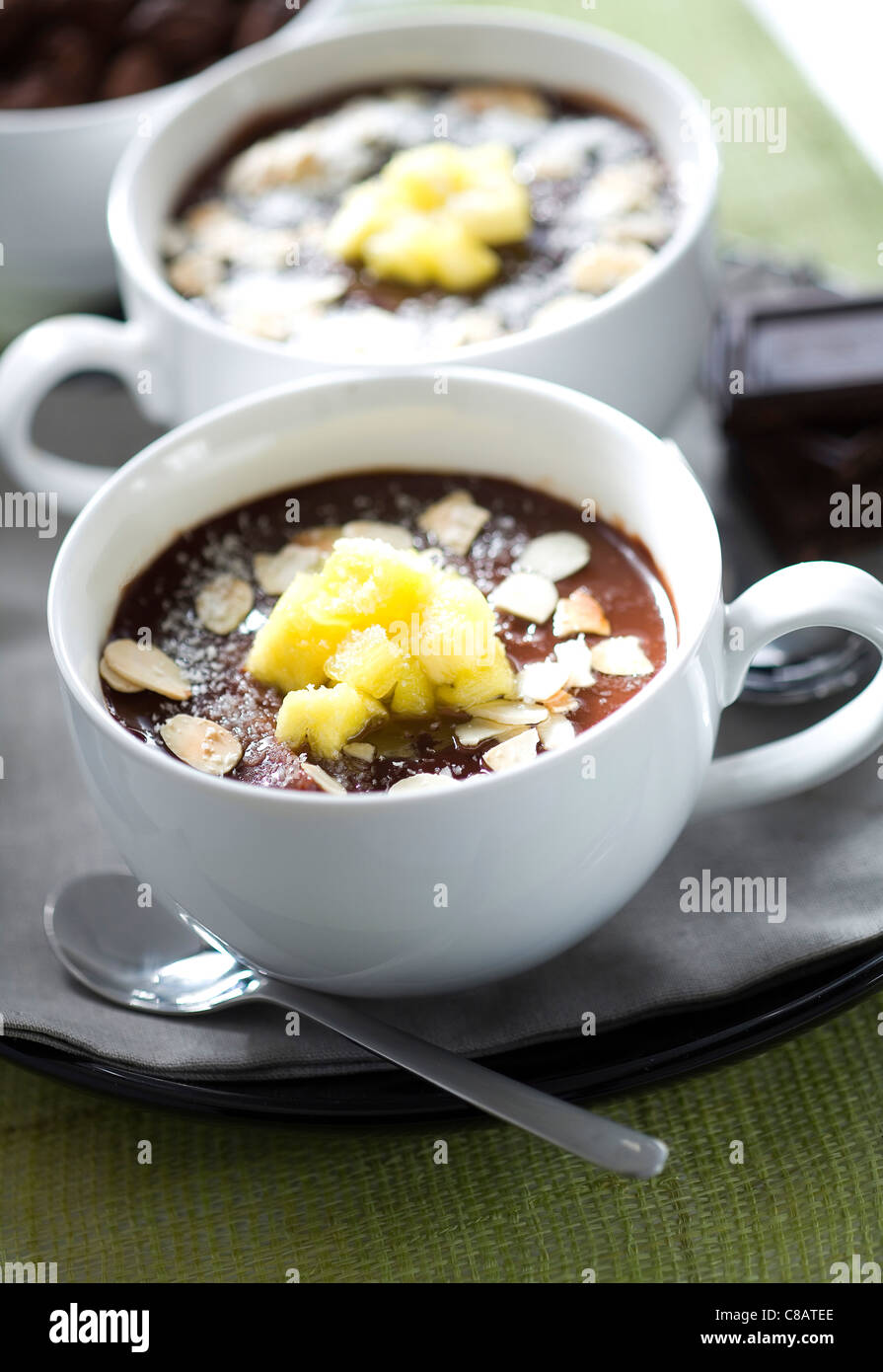 Schokolade Creme Dessert mit Mandeln, Ananas und Kokos Stockbild