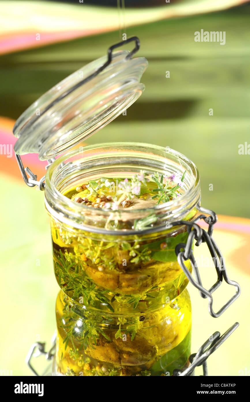 Gläser mit Steinpilze in Olivenöl konserviert Stockbild