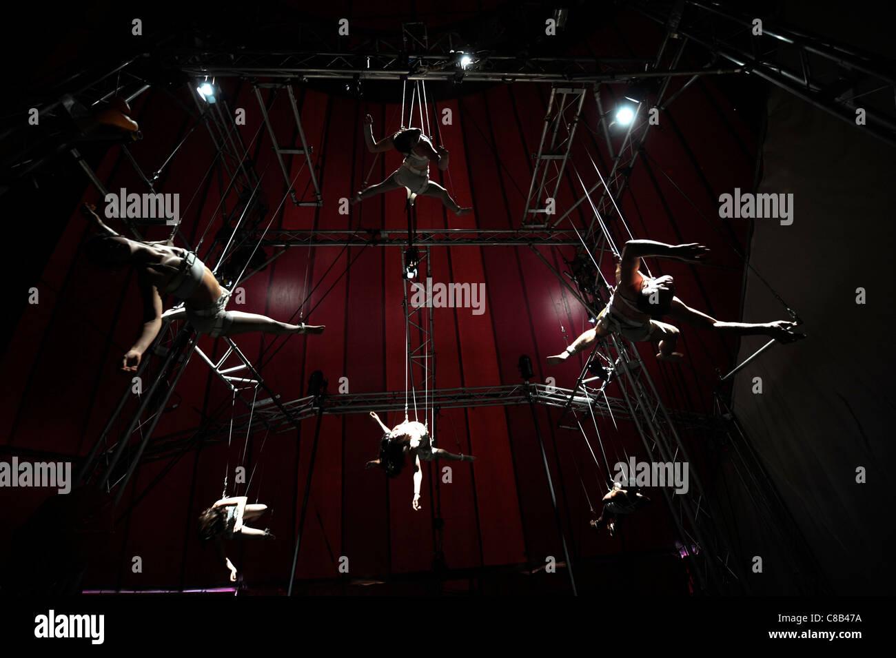 Abgehängte Hochseil Künstler üben mit der Nofitstate-Zirkus auf Tour in South Wales UK Stockbild
