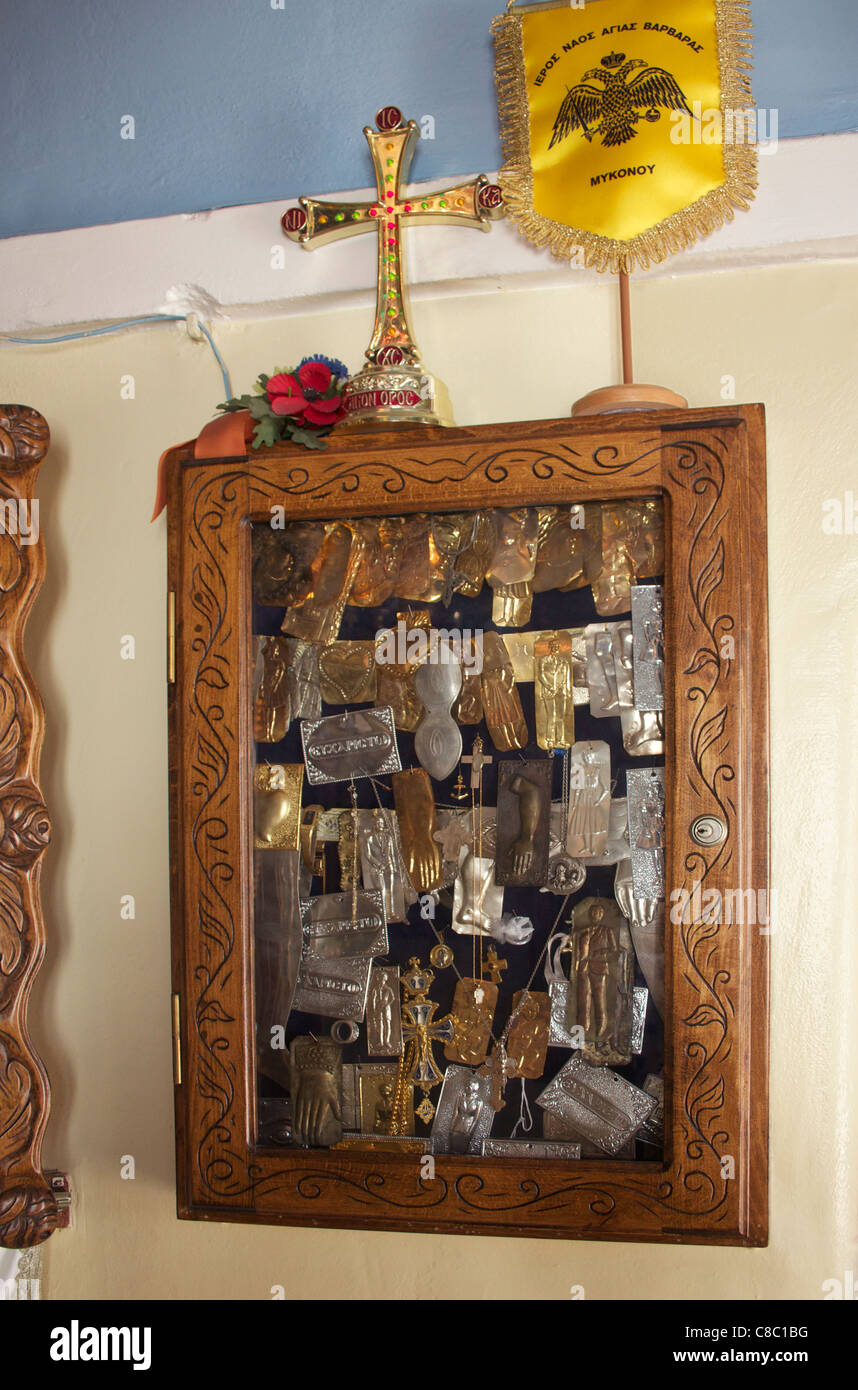 Sammlung von Milagros von Anbeter, die von verschiedenen Krankheiten geheilt wurden.  Mykonos, Griechenland. Stockbild