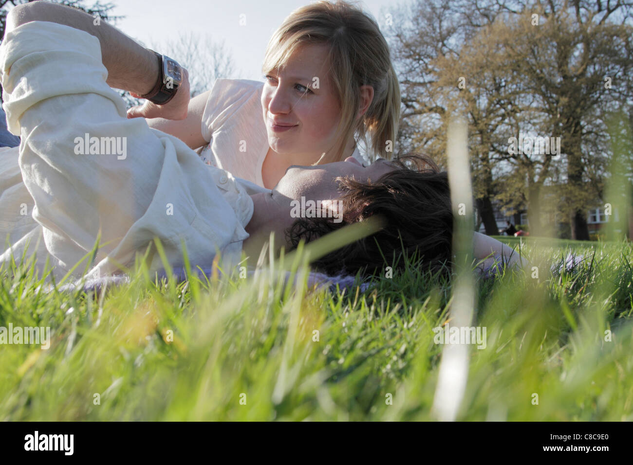 Überprüfen der Zeit Gras paar Stockbild