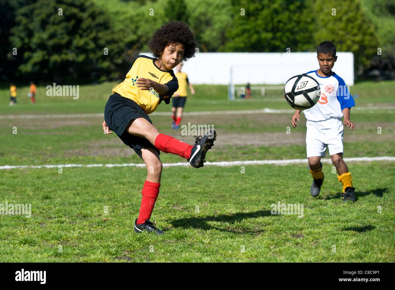Football-Spieler der U11-Team den Ball am Rygersdal Football Club Cape Town South Africa Stockbild