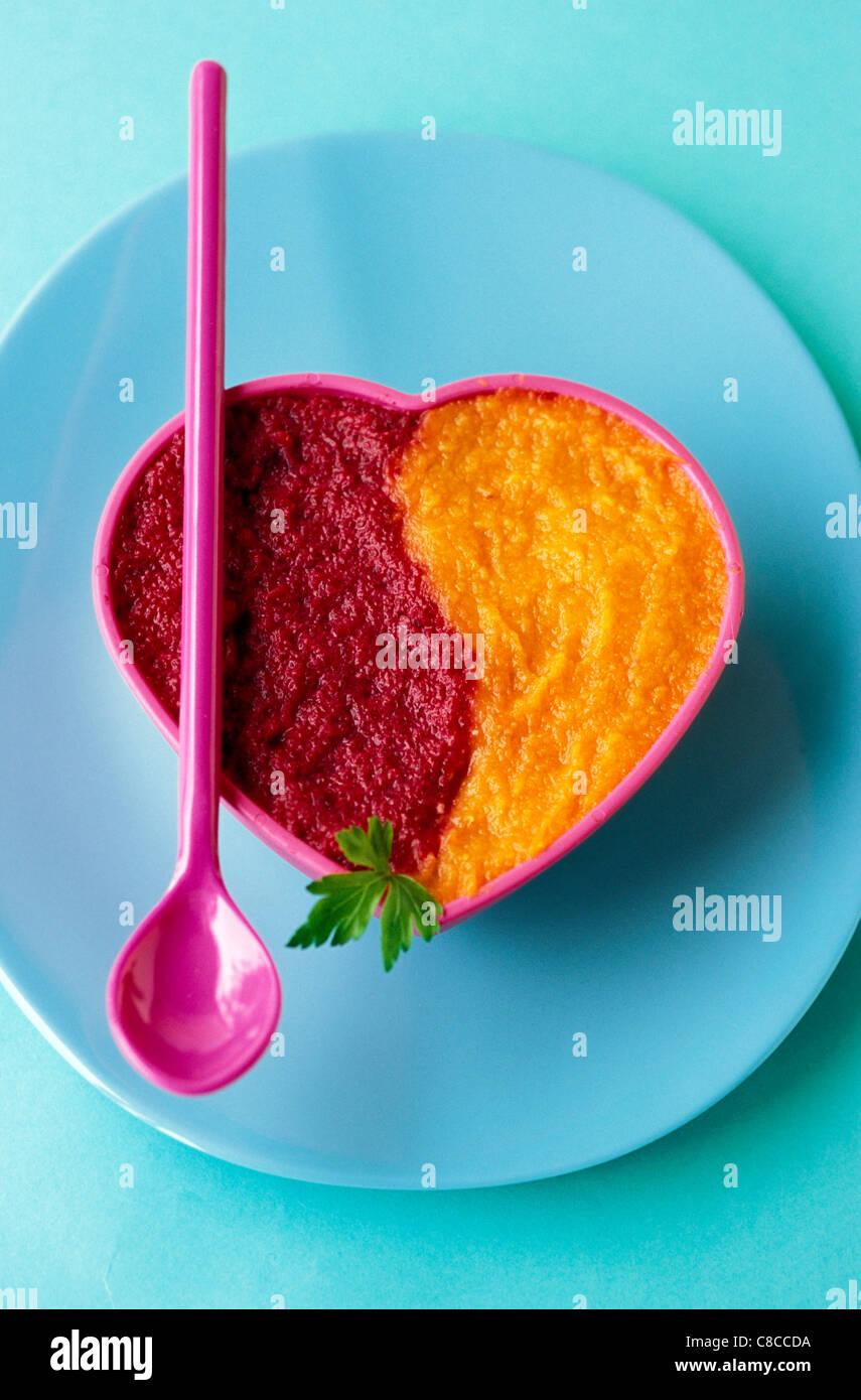 pürierte Karotten und pürierte rote Bete mit Petersilie Stockbild